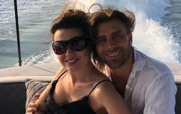 Поклонники Анастасии Заворотнюк показали ее архивный снимок с мужем