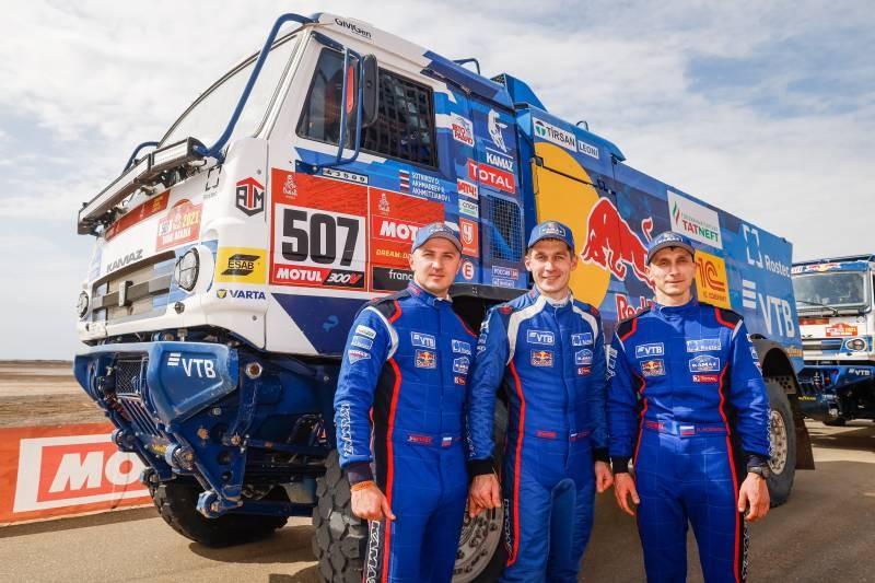 Пилоты грузовиков команды «КАМАЗ-мастер» заняли весь пьедестал почета на ралли «Дакар» 2021 года