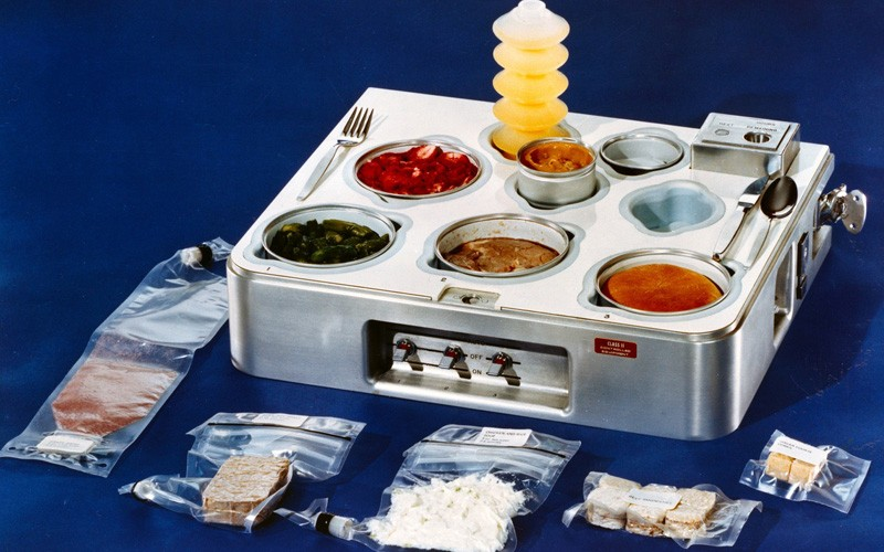 Как американские космонавты поделились с русскими едой на МКС