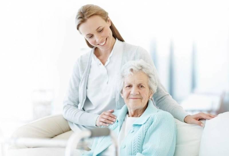 Юристы рассказали, как оформить пособие по уходу за пожилым человеком старше 80 лет в 2021 году
