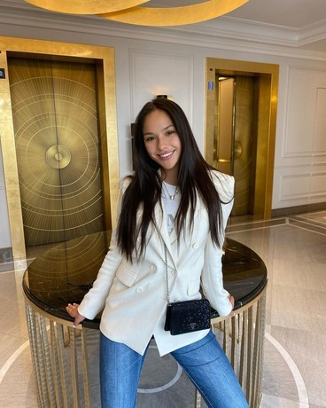 Подруга нападающего «ПСЖ» Неймара выиграла шоу «Холостяк» с Тимати