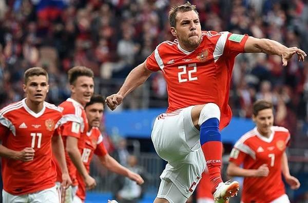 Многих россиян возмущают значительные гонорары футболистов