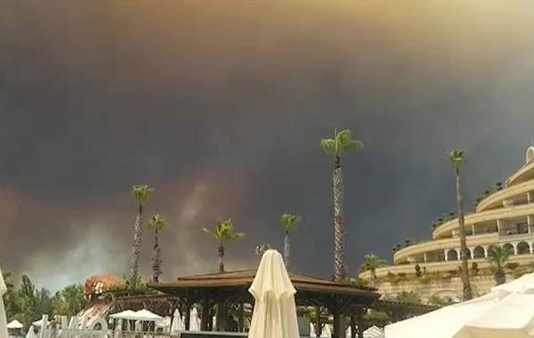 В Турции начали эвакуировать туристов из-за лесных пожаров