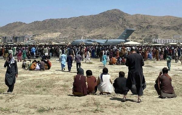 """В Афганистане назвали """"срежиссированной драмой"""" ситуацию в аэропорту Кабула"""