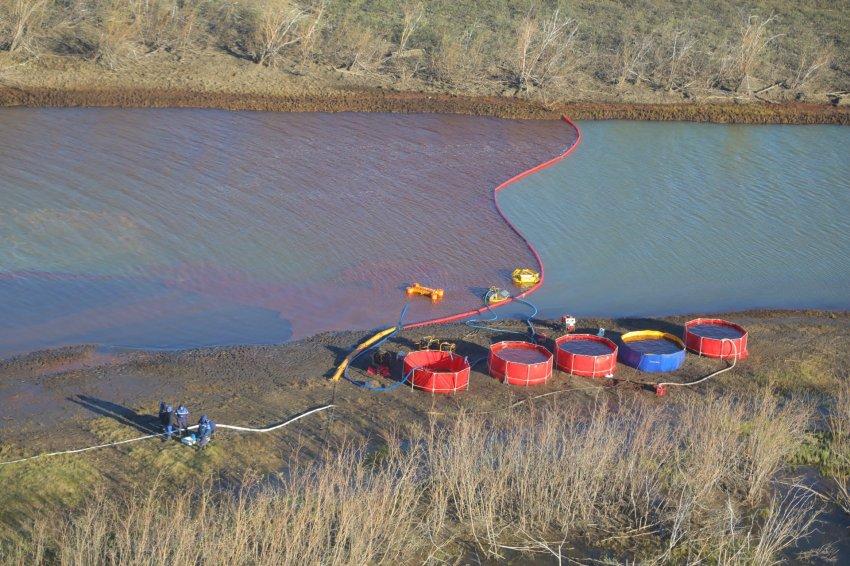 За разлив нефти в России присудили рекордный штраф, а американцев наградили премией